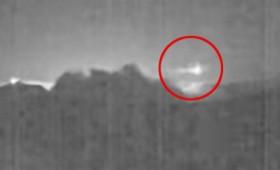 Φωτεινό μετέωρο πάνω από ενεργό ηφαίστειο (vid)