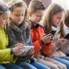 Το πολύ το κινητό κάνει το παιδί φυτό, λένε οι Γάλλοι