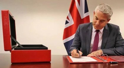 Brexit: Ο υπουργός Στήβεν Μπάρκλεϊ υπέγραψε σήμερα την Πράξη Αποχώρησης (vid)