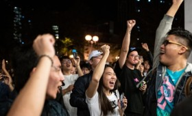 Χονγκ Κονγκ: Σαρωτική νίκη των δημοκρατικών δυνάμεων στις εκλογές (vid)