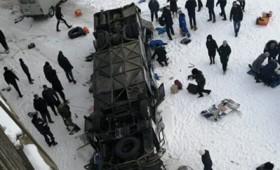 19 νεκροί στη Ρωσία από πτώση λεωφορείου σε παγωμένο ποταμό (vid)