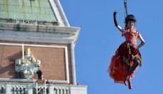 Το πέταγμα του Αγγέλου στο καρναβάλι της Βενετίας (vid)