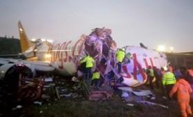 Αεροπλάνο της Pegasus κόπηκε σε τρία κομμάτια (vid)