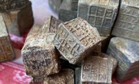 Μυστηριώδη σύμβολα σε κύβους από μόλυβδο που ανακαλύφθηκαν σε ποταμό