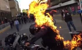 Μεξικό: Διαδηλωτές βάζουν φωτιά σε αστυνομικό για να καεί ζωντανός (vid)