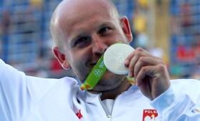 Ολυμπιονίκης βοηθάει παιδάκι που έχει καρκίνο