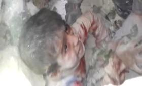 6χρονο αγοράκι ανασύρεται ζωντανό στο Χαλέπι (vid)