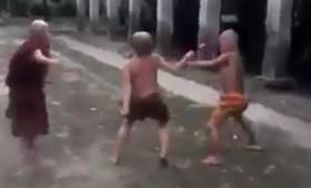 Βίντεο-Gif: Παιδιά μοναχοί πυγμαχούν στην Ταϊλάνδη