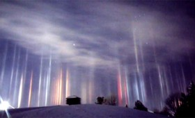 Εκθαμβωτικές στήλες φωτός πάνω από τον Καναδά (vid)