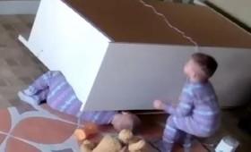 Μικρός Ηρακλής σώζει το αδελφάκι του (βίντεο)