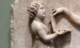"""Ένα """"laptop"""" σε ανάγλυφο της αρχαίας Ελλάδας"""