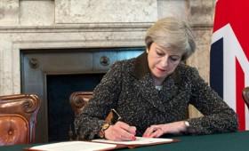 Η Μέι επισημοποίησε το Brexit με την υπογραφή της