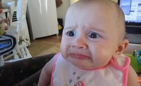 Μητέρα βασανίζει το μωρό της ταΐζοντάς το… αβοκάντο!