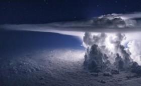 Πώς φαίνεται μια καταιγίδα μέσα από το κόκπιτ (vid)