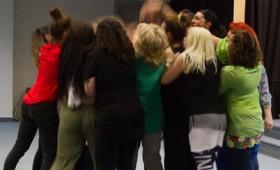 Γυναίκες χορεύουν στις φυλακές Ελεώνα των Θηβών