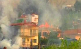 Σπίτια παραδόθηκαν στις φλόγες στον Κάλαμο (vid)