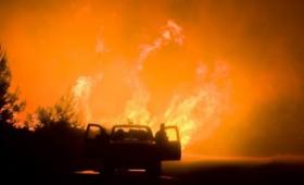 Ανεξέλεγκτη η πυρκαγιά στον Κάλαμο, στις φλόγες κι ο Βαρνάβας (vid)
