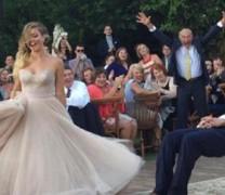 Όταν ο γαμπρός και η νύφη αψηφούν τη βαρύτητα (vid)