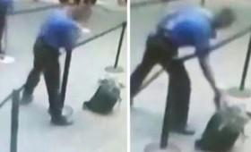 Εργαζόμενος απομακρύνει ύποπτη αποσκευή πριν αυτή εκραγεί (vid)