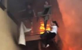 Κοπέλες πηδούν από κτίριο για να μην καούν ζωντανές