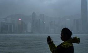 Ο σούπερ τυφώνας Μάνγκουτ χτυπά το Χονγκ Κονγκ (vid)