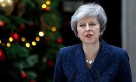 Πληγώθηκε, αλλά επιβίωσε η Τερέζα Μέι και το Brexit (vid)
