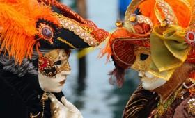 Οι περίφημες μάσκες του καρναβαλιού της Βενετίας (vid)