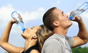 Το εμφιαλωμένο νερό διπλασιάζει τα μικροπλαστικά σωματίδια στο σώμα μας (vid)