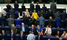 Γύρισαν την πλάτη τους στον γερμανικό ύμνο (vid)