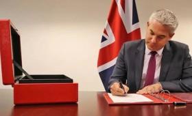 Brexit: Ο υπουργός Στήβεν Μπάρκλεϊ υπέγραψε την Πράξη Αποχώρησης (vid)