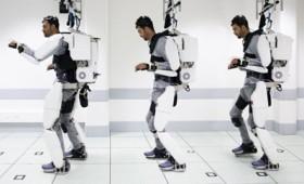 Παράλυτος περπατά ξανά με εξωσκελετό που τον κινεί με τη σκέψη του (vid)