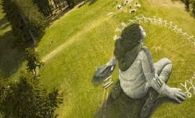 «Πέραν της κρίσης»: Ένα γιγαντιαίο, αισιόδοξο έργο σε λόφο της Ελβετίας