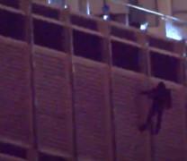 Άνδρας απειλεί να πηδήξει στο κενό από τον Πύργο Τραμπ στο Σικάγο (vid)