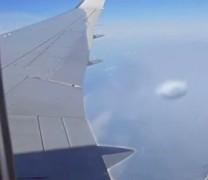 UFO κάνει αναγνώριση σε επιβατικό αεροπλάνο (vid)