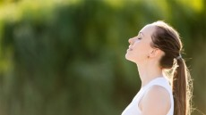 Η 5λεπτη αναπνευστική άσκηση που ρίχνει την αρτηριακή πίεση (vid)