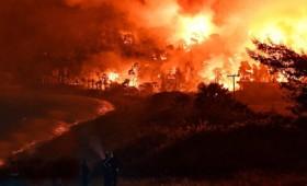 Νέα ολονύχτια μάχη με τις φλόγες σε ολόκληρη τη χώρα