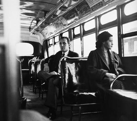 Η περίφημη φωτογραφία όπου η Ρόζα Παρκς κάθεται σε μπροστινή θέση στο λεωφορείο το 1956.