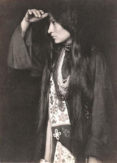 """Η Zitkala-Sa (""""Κόκκινο πουλί"""" στη γλώσσα της Ντακότα) το 1898."""