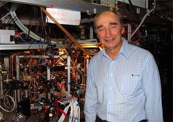 Ο Βιτάλι Εφόμοβ, καθηγητής στο Πανεπιστήμιο της Ουάσιγκτον –εδώ κατά τη διάρκεια επίσκεψης στο Ίνσμπρουκ της Αυστρίας, το 2009– ανέπτυξε τη θεωρία της τριαδικότητας, ενώ εργαζόταν ως πυρηνικός φυσικός στη Σοβιετική Ένωση το 1970.