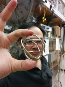 Ο φυσικός Shih-Kuang Tung του Πανεπιστημίου του Σικάγου κρατά τους δακτύλιους Borromean που αντιπροσωπεύουν τοπολογικούς στόχους και χρησιμοποιούνται στη νανοτεχνολογία του DNA.