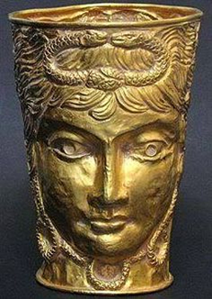 Περσικό χρυσό κύπελλο με ελληνικές επιρροές του 400 π.Χ. Τα δύο αντικριστά φίδια υποδηλώνουν τις δυνάμεις γιν και γιανγκ. Πηγή: Supplied