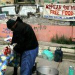DIE ZEIT: «Πολλοί Έλληνες δεν έχουν ούτε ένα πιάτο φαΐ»