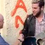 Ο Τζίμι Σόμερβιλ σιγοντάρει έναν μουσικό του δρόμου