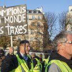 Ένας νεκρός, 200 τραυματίες σε διαδήλωση κατά Μακρόν