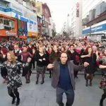"""Χιλιάδες Τούρκοι χορεύουν στη Σμύρνη το """"Ζεϊμπέκικο της Ευδοκίας"""" (vid)"""