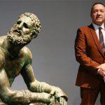 Ο Κέβιν Σπέισι απαγγέλει ποίηση σε μουσείο της Ρώμης