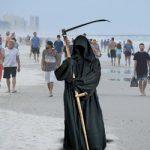 Θα ντυθεί «Χάρος» και θα περιδιαβαίνει τις παραλίες που ανοίγουν πρόωρα