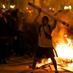 Covid-19: Συγκρούσεις μεταξύ αστυνομικών και διαδηλωτών στη Βαρκελώνη